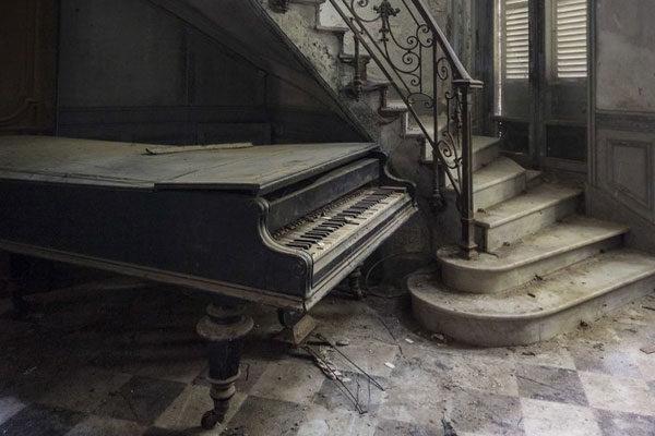 De baixo das escadas