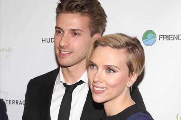 Scarlett Johansson e se irmão gêmeo Hunter