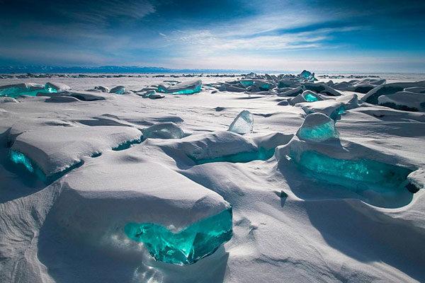 Formações turquesa de gelo no Lago Baikal, Rússia.